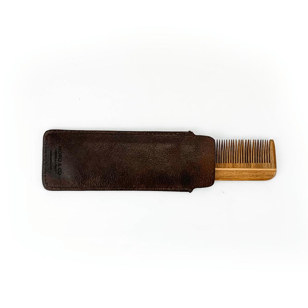 Portapettine in pelle concia vegetale con pettine in legno fatto a mano.