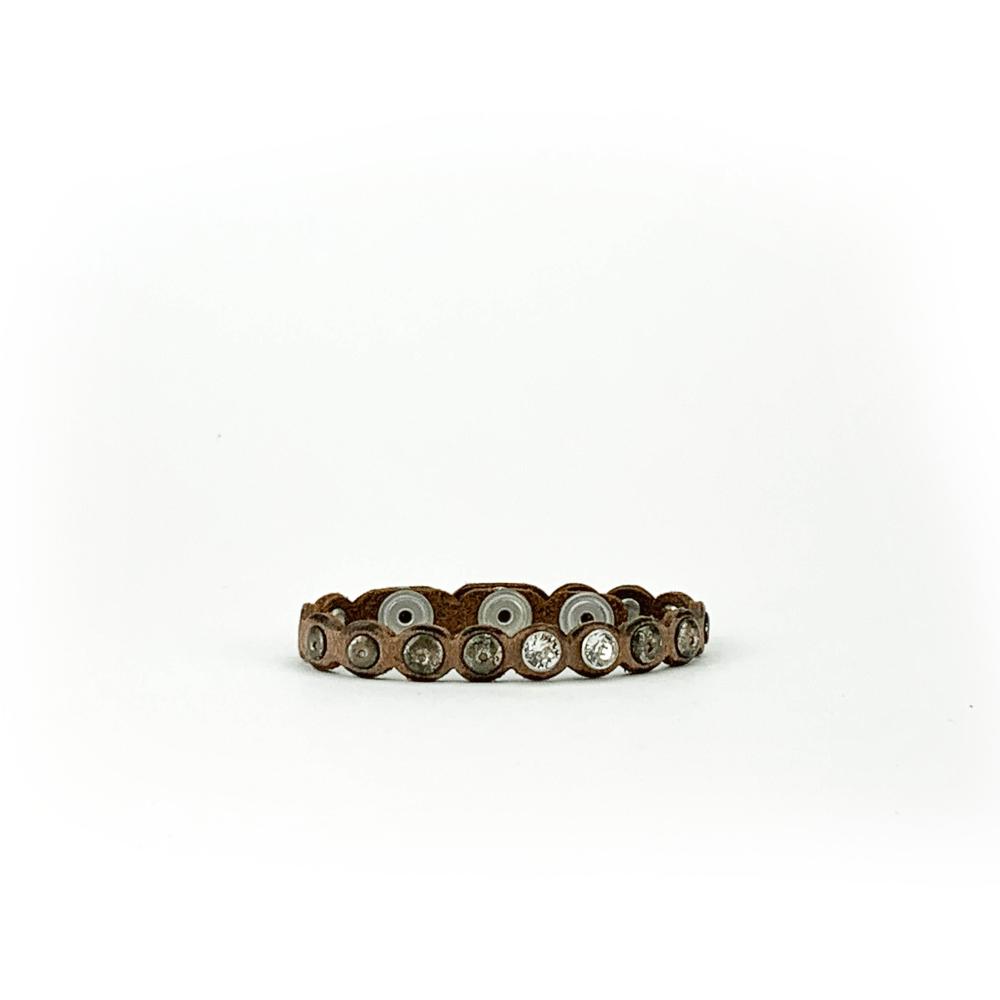 Bracciale in cuoio di toro lavorato a mano con accessori in metallo invecchiato e cristalli Swarovski.