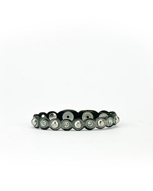 Bracciale in cuoio di toro lavorato a mano con accessori in metallo con finitura nichel lucido e cristalli Swarovski.
