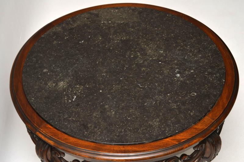 Antiker Couchtisch aus Nussbaum mit Marmorplatte