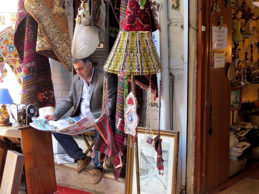 Zeitungsleser, Kadiköy, Istanbul