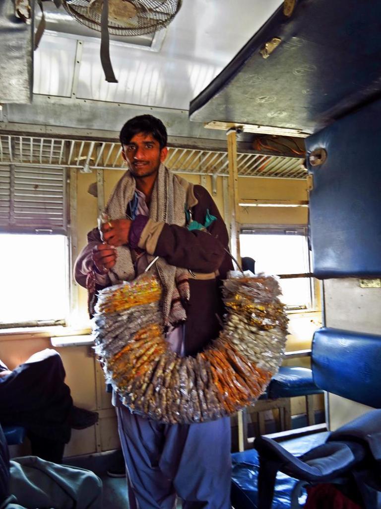Snackverkäufer im Zug, Beluchistan, Pakistan