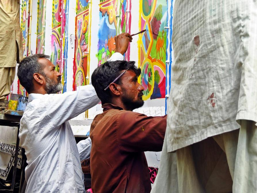 Zeichner dekorieren einen Lkw, Phool Patti