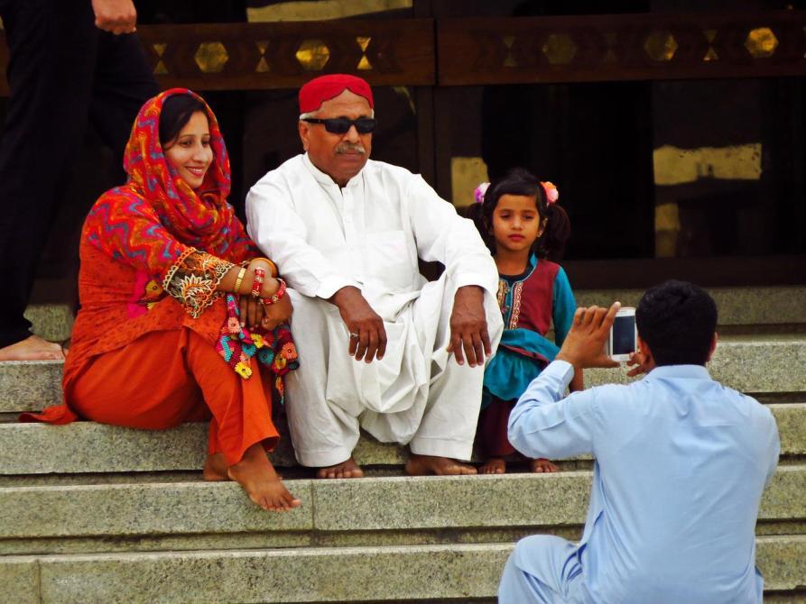 Einheimische machen Fotos in der Faisal-Moschee