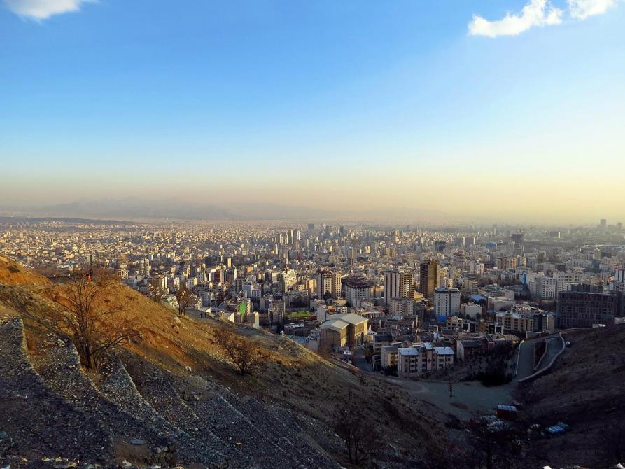 Ausblick vom Bam-e Tehran über die smogbelastete Stadt