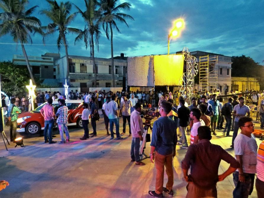 überfülltes Filmset am Strand von Pondicherry
