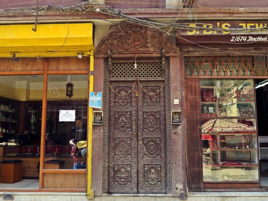 Holzschnitzereien an einer Tür in Kathmandu