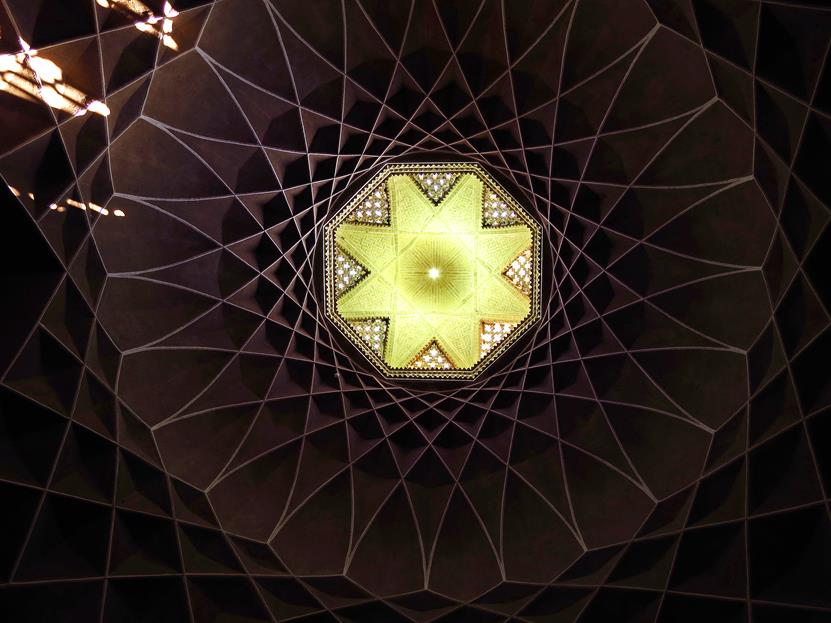 Spitzbögen verbinden sich zu symmetrischen Mustern