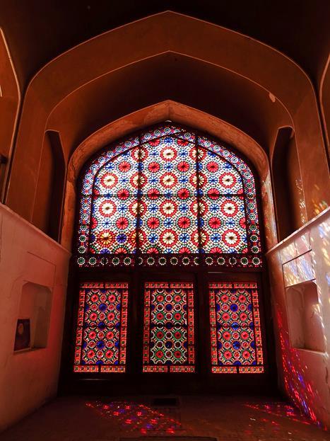 farbiges Fensterglas und bunte Muster auf dem Boden