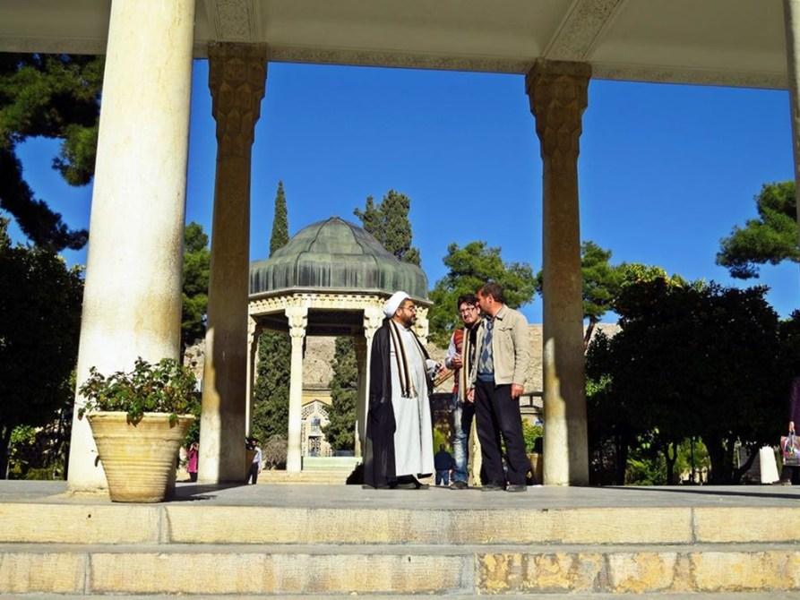 Mullah im Gespräch vor dem Grab des persischen Dichters Hafez in Schiras
