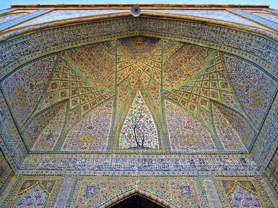 filigrane Dekorationen schmücken das Eingangsportal der Vakil Moschee