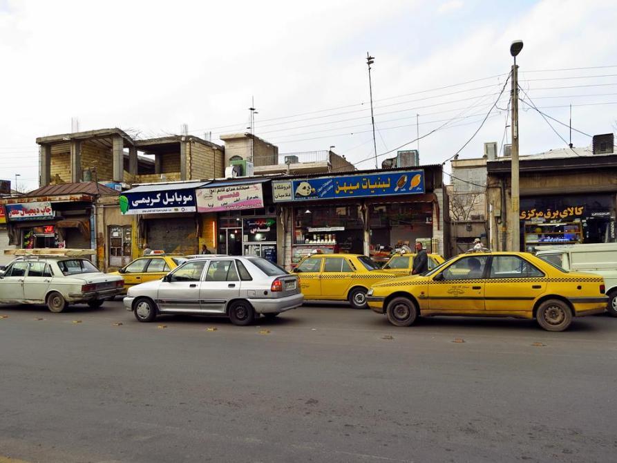Taxis am Straßenrand in Qazvin