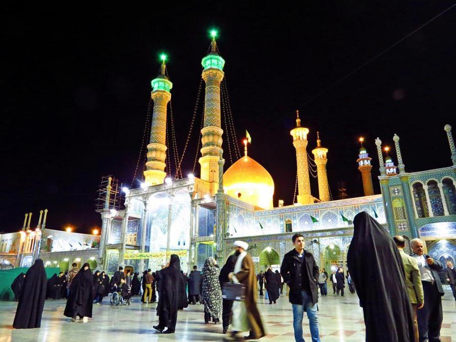 Innenhof des Hazrat-e Masumeh nach dem Abendgebet