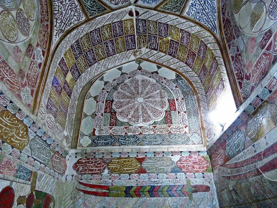 Kalligraphie an den Wänden des Grabes von Shah Nur-eddin Nematollah Vali