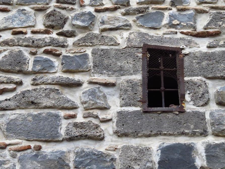 alte Stadtmauer aus schwarzem Basalt in Diyarbakır