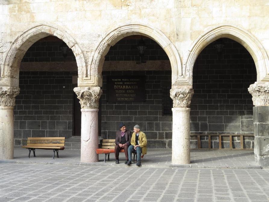 ältere Herren auf einer Bank, Diyarbakır