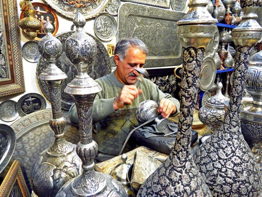 Handwerker dekoriert Karaffen und Krüge, Isfahan, Iran