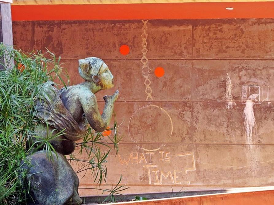 Skulptur vor der Town Hall inAuroville