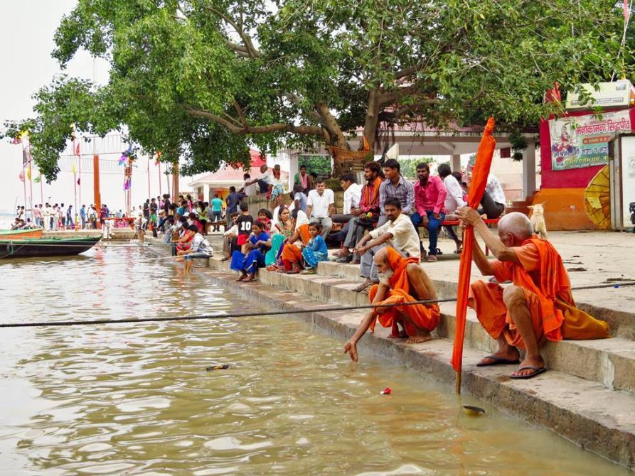 Hindus und Sadhus am Assi Ghat in Varanasi