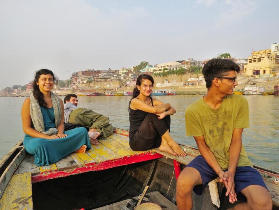 junge Touristen auf dem Ganges