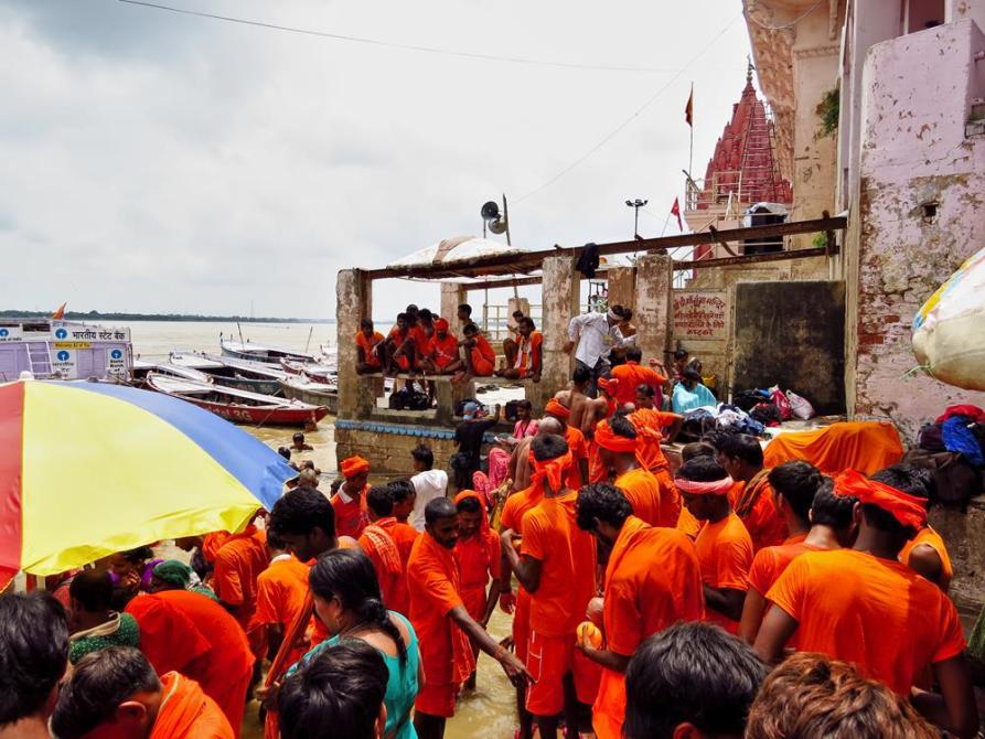 Pilger in Varanasi
