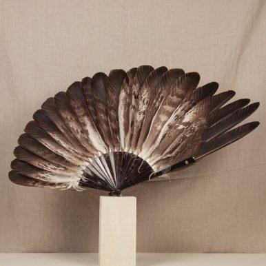 P. 177 Aigle de Hongrie ('Hungarian eagle') fan, feathers arranged asymmetrically brown tortoiseshell monture (archives) c Andy Julia