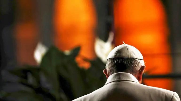 Resultado de imagen para papa francisco espalda