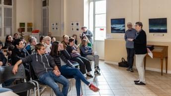 Anne-Marie Floch présente le spectacle aux comédiens.