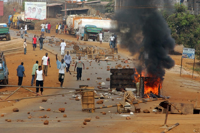 Protesters stand behind a barricade in Conakry suburb during a demonstration part of a general strike 22 January 2007. Police shot dead 17 protesters across Guinea on Monday, raising to 27 the death toll in almost two weeks of a general strike and demonstrations against President Lansana Conte's rule, medical and union officials said. AFP PHOTO/GEORGES GOBET / AFP PHOTO / GEORGES GOBET