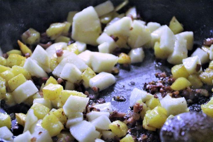 Selleriesuppe mit Birnen Speck und Kartoffel brät