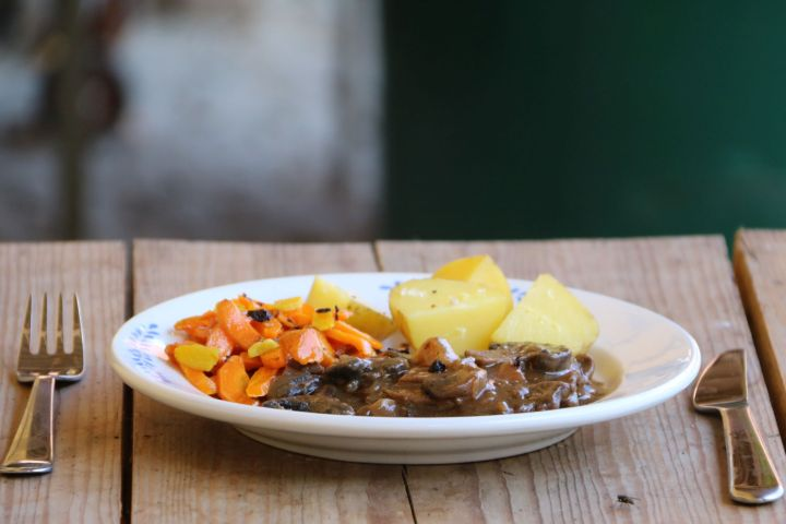 Bio Angus Schnitzel in Saft mit Ingwer-Karotten (und Erdäpfel)
