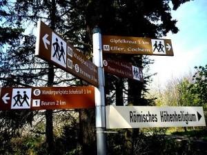 Schilder am Calmont weisen den Weg zu Aussichtspunkten.