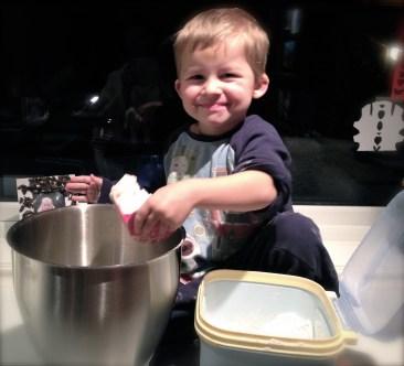 Markus minstemann er en god hjelper når mamma baker.