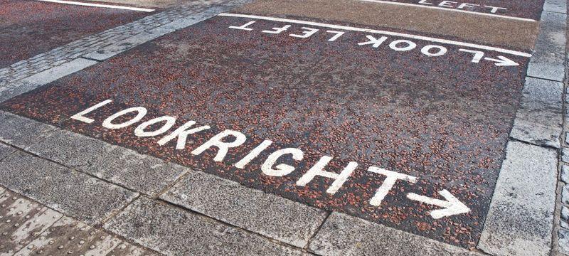 道路に左右の文字が記載