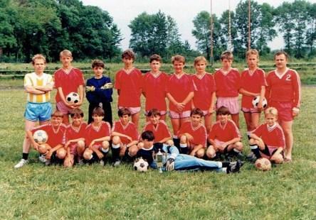 1993. Mistrzowska drużyna młodzików z trenerem E. Michalukiem.