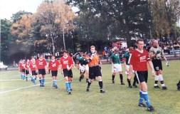 1999. Artur Farańczuk wyprowadza zespół na mecz z rezerwami Polonii Warszawa.