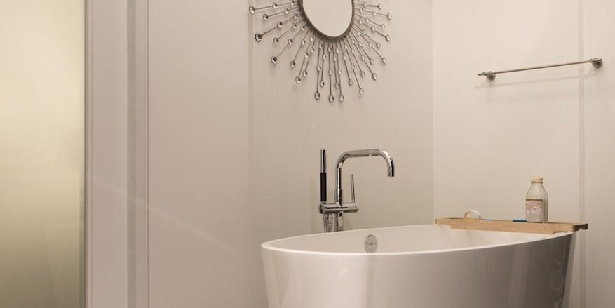 modern bathroom_soaking tub