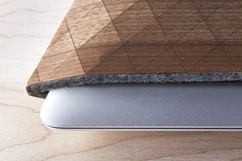grovemade-walnut-macbook-sleeve-galb-A1_800x800_90