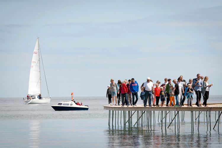gjode-povlsgaard-arkitekter-installs-the-infinite-bridge-on-danish-coast-4