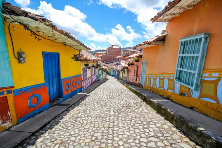 jessica-devnani-guatape-colombia-colorful-town-designboom-04