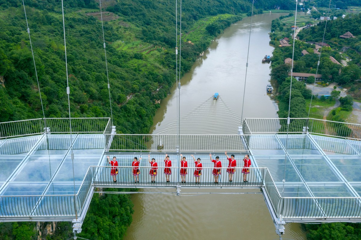 worlds-longest-glass-bridge-moss-and-fog-13