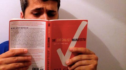 "Carles llegint ""The Checklist Manifesto"""