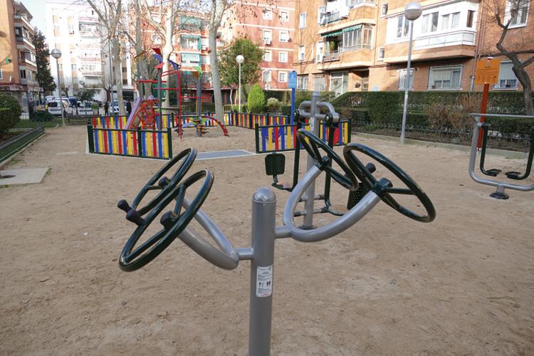 Instalado un nuevo parque infantil y un área de juegos biosaludables en la plaza de la Fuensanta