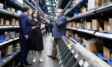 Isabel Díaz Ayuso pone en valor al sector farmacéutico durante una visita a Móstoles