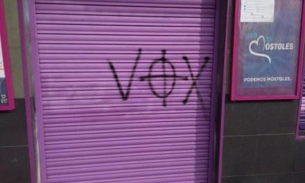 La sede de Podemos amanece con pintadas alusivas a Vox y símbolos nazis