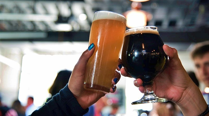 Como aún nos quedan algunos días de calor, ellos son perfectos para aprovechar de beber unos refrescantes cócteles hechos con cervezas.