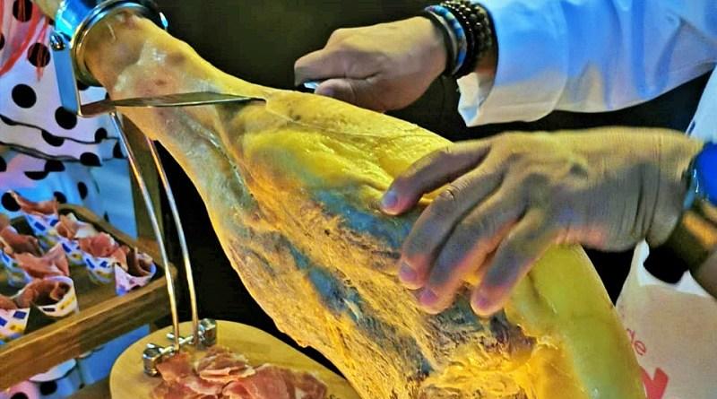 El jamón curado, especialmente el serrano, tiene un tiempo de maduración superior a los 7 meses