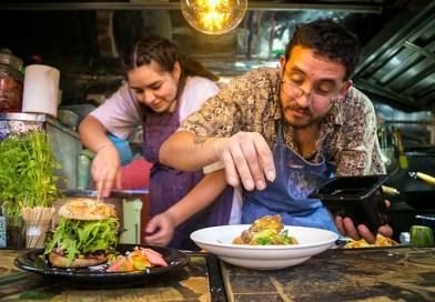 """Una nueva dinámica llamada """"Destinos Cusqueña en Casa"""" comenzarán a ofrecer algunos restaurantes durante esta semana. Estará disponible a partir de este viernes 29 de mayo y dará la posibilidad de que las personas cocinen junto a los mejores chef de Santiago"""