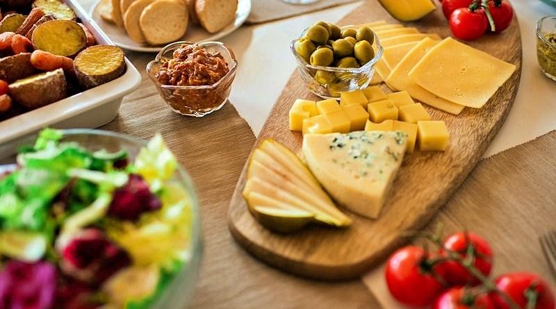 En el contexto mundial actual es vital el consumo de alimentos que refuercen la salud, y -aunque parezca curioso- el queso es uno de ellos.