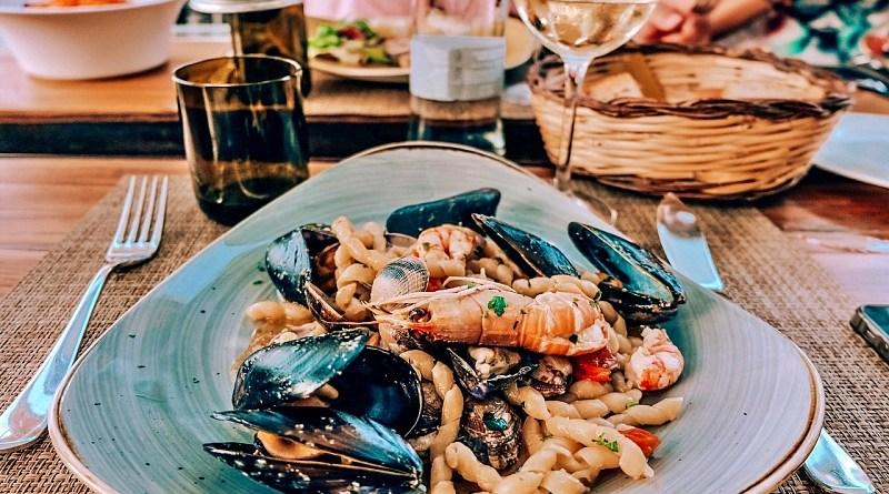 Quedan pocos días para Semana Santa, por lo que acá te recomendamos algunos vinos blancos que maridan perfecto con los productos del mar.